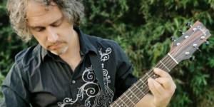 Tras toda una vida en Australia «Fields» lanza su primer disco en Chile: «Hijos del desarraigo»